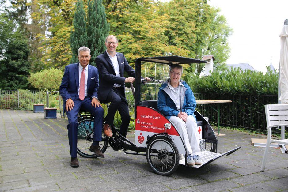 Sparkassen-Stiftung ermöglicht Rikscha für Seniorenheim in Büdingen