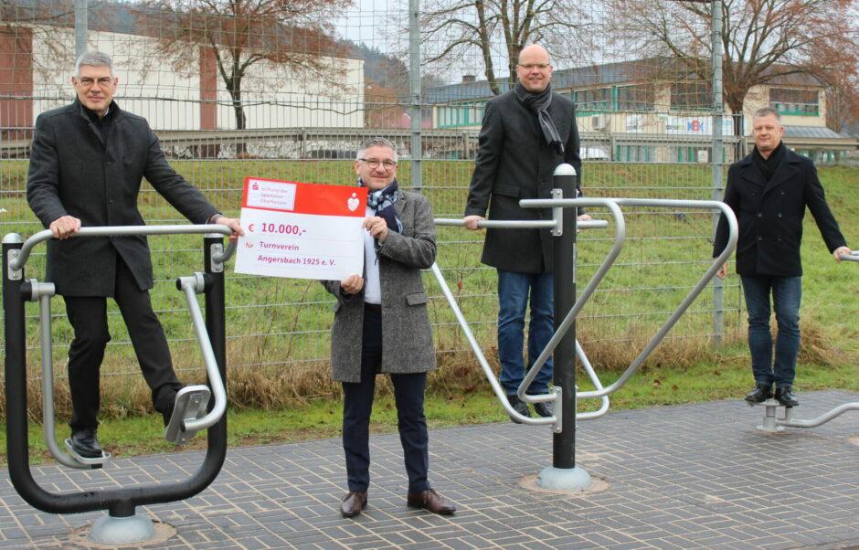 Sparkassen-Stiftung unterstützt Fitnessgeräteparcours für Senioren und Kinder mit 10.000 Euro